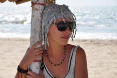 Meisje op het strand van Goa, India Stock Afbeeldingen