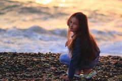 Meisje op het strand, zonsondergang, lang haar stock afbeelding