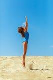 Meisje op het zand Stock Afbeelding