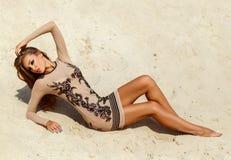 Meisje op het zand Stock Afbeeldingen