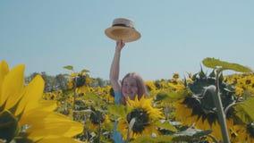 Meisje op het zonnebloemgebied stock footage