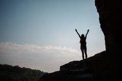 Meisje op heuvel tegen zon Royalty-vrije Stock Afbeelding