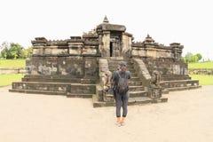 Meisje op Hindoese tempel Sambisari royalty-vrije stock foto's