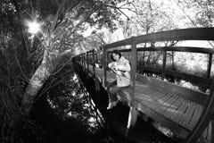 Meisje op houten weg Stock Foto's