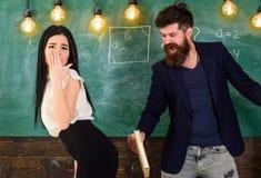 Meisje op hulpeloos die gezicht door leraar wordt gestraft De schoolmeester straft sexy student met het meppen op haar billen met stock foto's