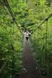 Meisje op ijzerbrug in Slowaaks Paradijs stock foto's