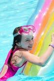 Meisje op kleurrijke poolvlotter royalty-vrije stock afbeeldingen