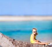 Meisje op kokospalm Stock Foto