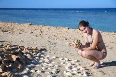 Meisje op koraalkust met koraal Royalty-vrije Stock Afbeelding