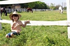 Meisje op landbouwbedrijf stock fotografie