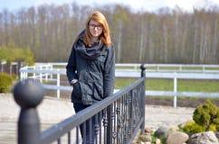 Meisje op landbouwbedrijf Stock Foto