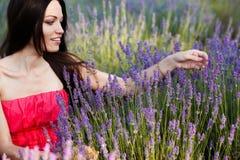Meisje op lavendelgebied Royalty-vrije Stock Afbeeldingen
