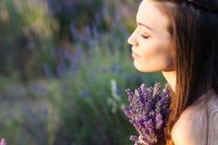 Meisje op lavendelgebied Stock Afbeelding