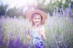 Meisje op lavendelgebied Jonge geitjesfantasie E royalty-vrije stock afbeelding