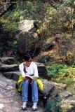 Meisje op lezingsboek Stock Fotografie