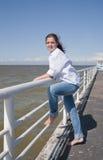 Meisje op meertros stock foto