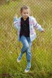 Meisje op metaalnet royalty-vrije stock fotografie
