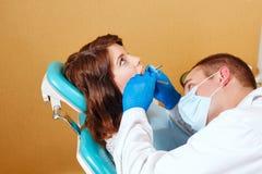 Meisje op onderzoek bij tandarts stock fotografie