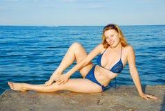 Meisje op overzees strand Royalty-vrije Stock Foto's