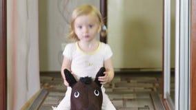 Meisje op paard stock video