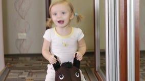Meisje op paard stock footage