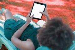 Meisje op recliner met malplaatje van digtial stootkussen stock afbeeldingen