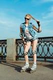 Meisje op rollerblades die zich in een zonnig helder licht bevinden Sportlevensstijl Stock Foto