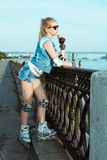 Meisje op rollerblades die zich in een zonnig helder licht bevinden Sportlevensstijl Royalty-vrije Stock Foto's