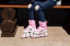 Meisje op rolschaatsen Het concept een gezonde levensstijl stock foto