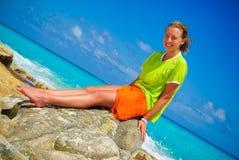 Meisje op rots Royalty-vrije Stock Afbeelding