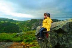 Meisje op rots Stock Afbeelding