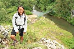 Meisje op rots boven rivier in Slowaaks Paradijs royalty-vrije stock fotografie