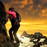 Meisje op rots, Zwitserse Alpen, Europa Stock Foto's