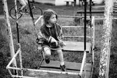 Meisje op schommeling stock fotografie