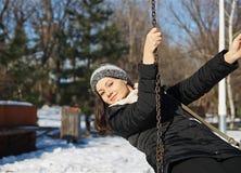 Meisje op schommeling in de winter Stock Afbeelding