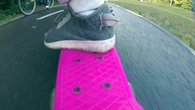 Meisje op skateboard stock video