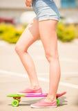 Meisje op skateboard Royalty-vrije Stock Afbeelding