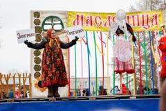 Meisje op stadium in een kostuum oud-Rus met tekens stock foto's