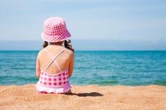 Meisje op strand Stock Foto's
