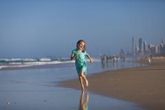 Meisje op strand bij Gouden Kust Stock Fotografie