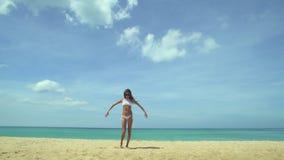 Meisje op strand en vliegtuig het landen stock footage