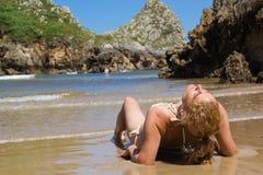 Meisje op strand het zonnebaden Stock Fotografie