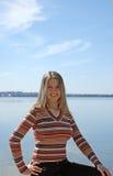 Meisje op strand van rivier Royalty-vrije Stock Afbeelding