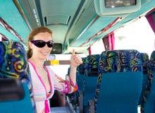 Meisje op toeristenbus gelukkig met zonnebril Stock Afbeeldingen