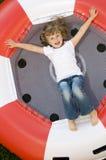 Meisje op trampoline Stock Fotografie