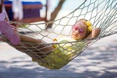 Meisje op tropische vakantie die binnen ontspannen Royalty-vrije Stock Afbeeldingen