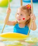 Meisje op wateraantrekkelijkheden Stock Foto's