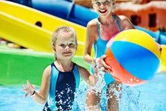 Kind op waterdia bij aquapark. Stock Foto
