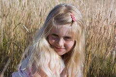 Meisje op weide stock afbeelding
