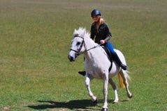 Meisje op wit paard Royalty-vrije Stock Foto's